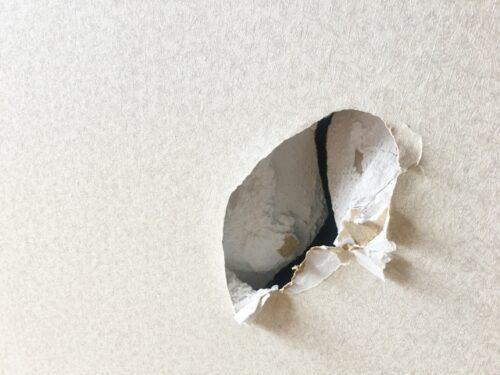 奈良県のお客様の壁穴の修理とアクセントクロスの張り替え依頼の様子